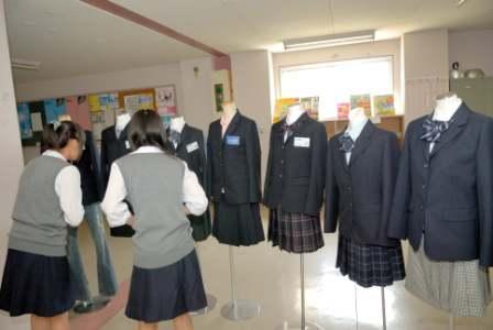 旧・白石女子高スクールジャケット候補展示の様子